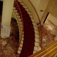 Οβαλ σκάλα στην είσοδο