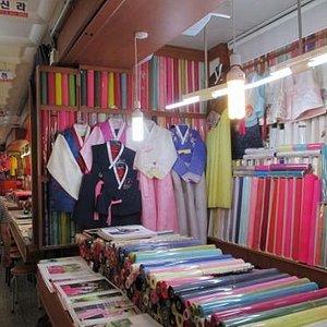 布地を売る店が並ぶ