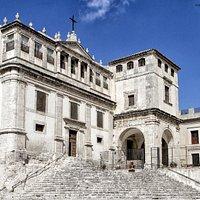 Qui c'è la prima pietra posta per costruire questo paese, nasce come cosa del duca Tomasi di Lam