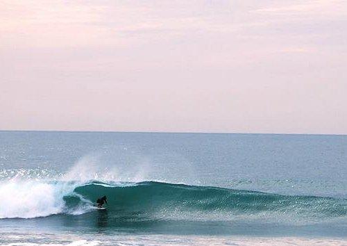 Buenas olas frente a la escuela