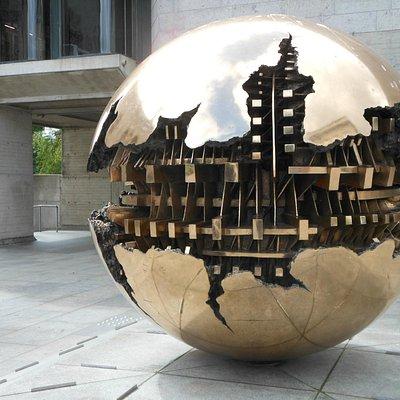 Dublino, Trinity College, la scultura Sphere Within Sphere di A.Pomodoro
