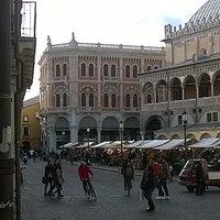 Padova, palazzo delle debite, in fondo a piazza delle Erbe