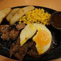 Стейк с картофелем на гриле и яйцом