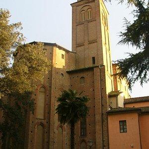 la chiesa vista di lato.