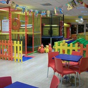Area giochi comprensiva di gonfiale, molla elastica, play ground e area baby