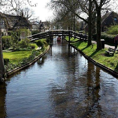 Louez un bateau pour visiter les superbes canaux et les lacs de Giethoorn.