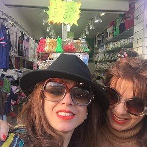 A melhor loja de souvenirs de Paris, atendimento  que faz a diferença. Simpatia, atenção e quali