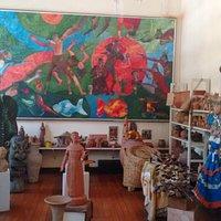 Sala com esculturas, telas, tudo muito bonito
