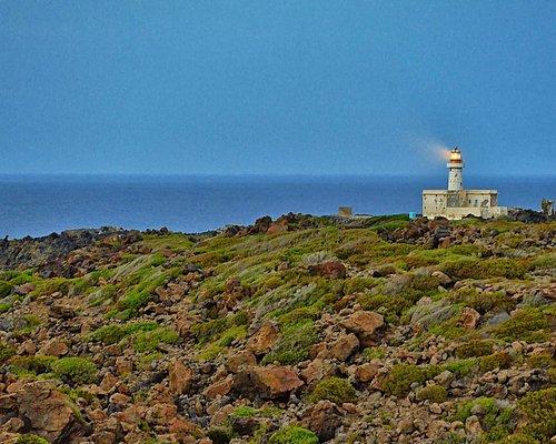 Il faro di Punta Spadillo visto da terra.