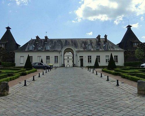 L'entrée du château de la Verrerie (et office du tourisme).
