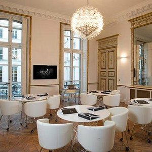 HISTORY OF ART CLASSROOM AT L'ECOLE PLACE VENDOME
