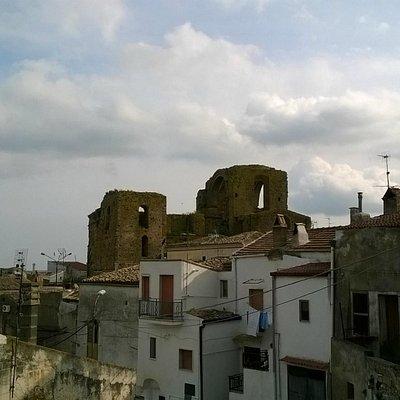 Chiesa Diruta dei SS. Luca e Giuliano vista dal Castello