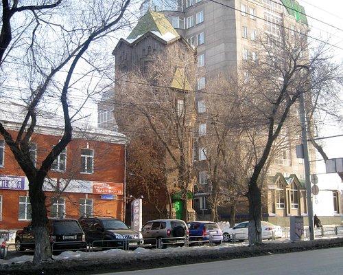 башня среди домов