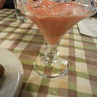 Ottimo sorbetto fragole-limone di fragole fresche e squisite praline al cioccolato e mascarpone,