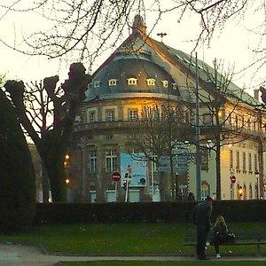 novios en Place de la République Estrasburgo Francia, atardecer