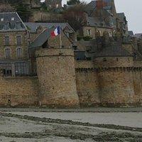 旗が立っているのが王の塔、右がアルカード塔