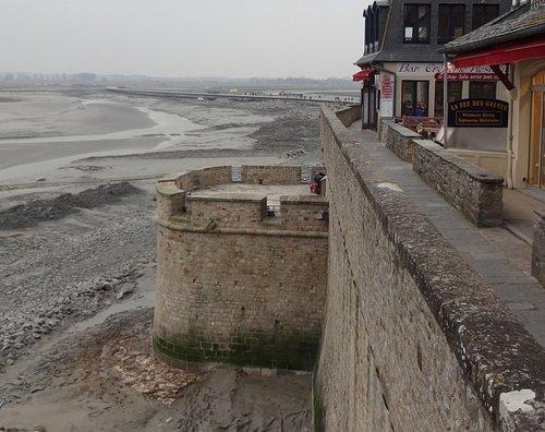 半月塔の付近から撮影した低塔