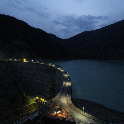Ночной вид на плотину с обзорной площадки