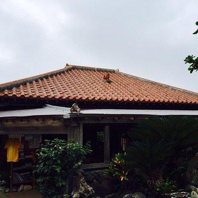 赤瓦屋根の建物です。