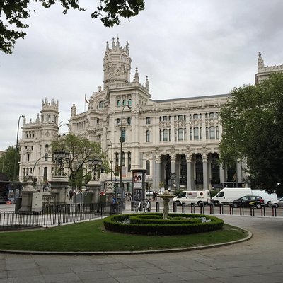 Palacio de Comunicaciones di fronte