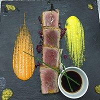 Tagliata di tonno rosso in crosta di pane aromatico, salsa di soia ed erba cipollina su letto di