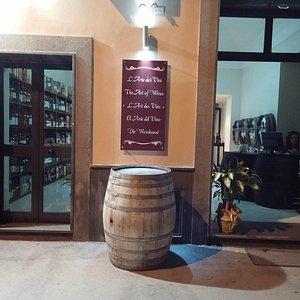 Due ingressi su un'ampia sala dedicata all'esposizione dei vini imbottigliati, sfusi e dei liquo