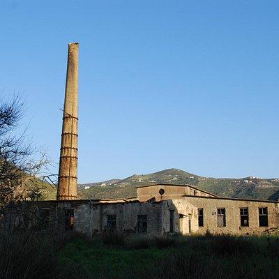 Εξωτερικό του εργοστασίου και η μεγάλη καμινάδα