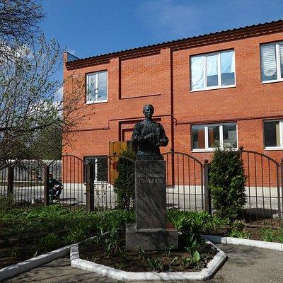 Скульптурное изображение А.С. Голубкиной во дворе ее дома