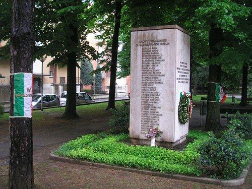 Il cippo e il giardino della piazza