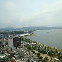 地元銀行ビルからの県立美術館と宍道湖
