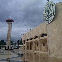 Bangunan utama masjid ini terbuat dari batu marmer.