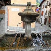 L'antica fontana davanti al locale
