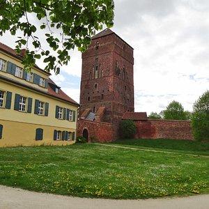 Im Turm ist das Museum des 30-jährigen Krieges untergebracht, links daneben das Ost-Prignitzmuse