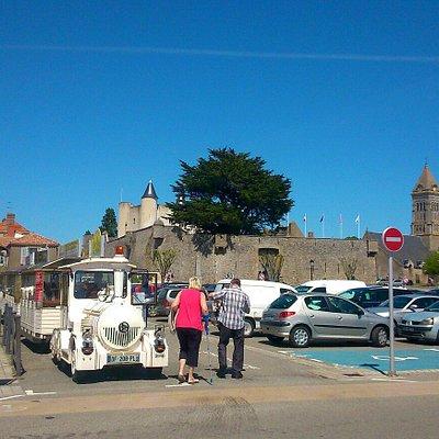 Noirmouttrain place d armes,face au château