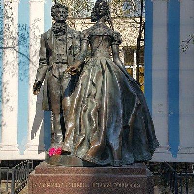 Памятник Пушкин и Гончарова