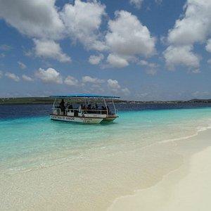 chegando em Klein Bonaire. ao fundo, Bonaire.