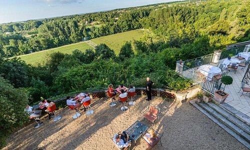 La vue de la terrasse et des chambres sur la Charente