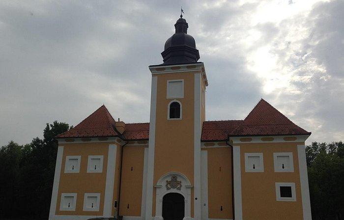 Lukavec castle - frontal view