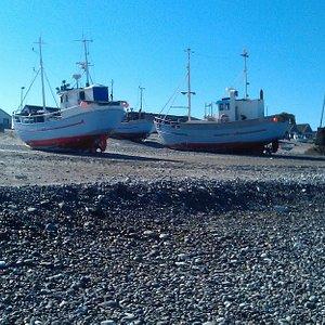 Fiskekutter trukket på land
