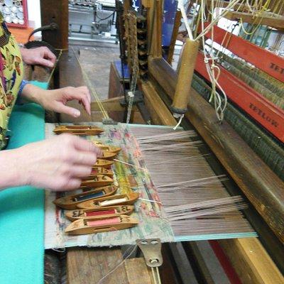 apprentissage du tissage sur un métier Jacquard