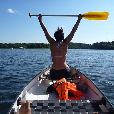 Gald pige i kano