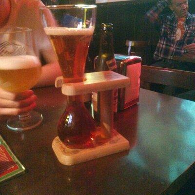cada cerveza se sirve en su copa o jarra indicado