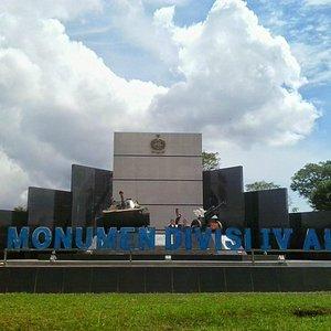 Monumen ALRI Divisi IV Kalimantan berada pada Bundaran Liang Anggang