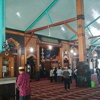 Interior masjid kaya dengan arsitektur lokal berbahan kayu ulin (kayu besi).