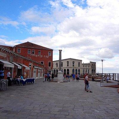 Площадь и Colonna перед CAM