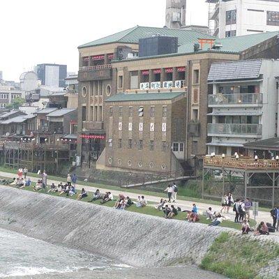 三条大橋から見た先斗町歌舞練場