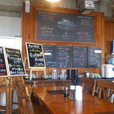 館内にある三崎食堂、まぐろ三昧定食は美味しい。味噌汁が特に美味しかった。