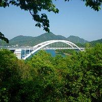 2015.04 緑を押さえるように架かる大三島橋