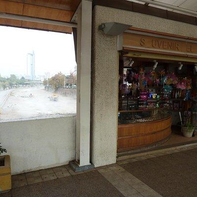 Blick an einem der Läden vorbei auf den Mapocho