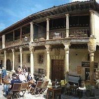 Vistas de la terraza y la entrada del restaurante